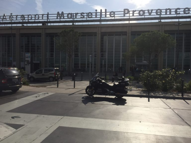 Moto Taxi (Honda Goldwing 2018 DCT) a destination ou au départ de l'Aéroport Marseille Provence (AMP) Parking 30mn.