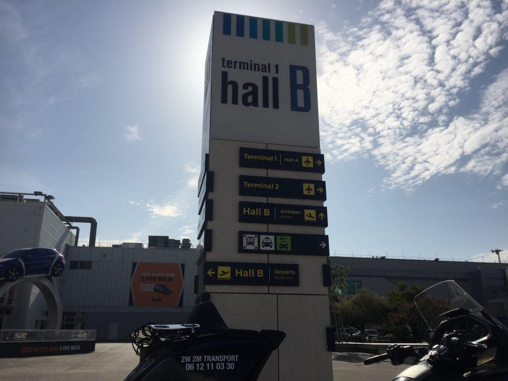 Moto Taxi (Honda Goldwing 2018 DCT) a destination ou au départ de l'Aéroport Marseille Provence (AMP) Teminal 1 hall B.