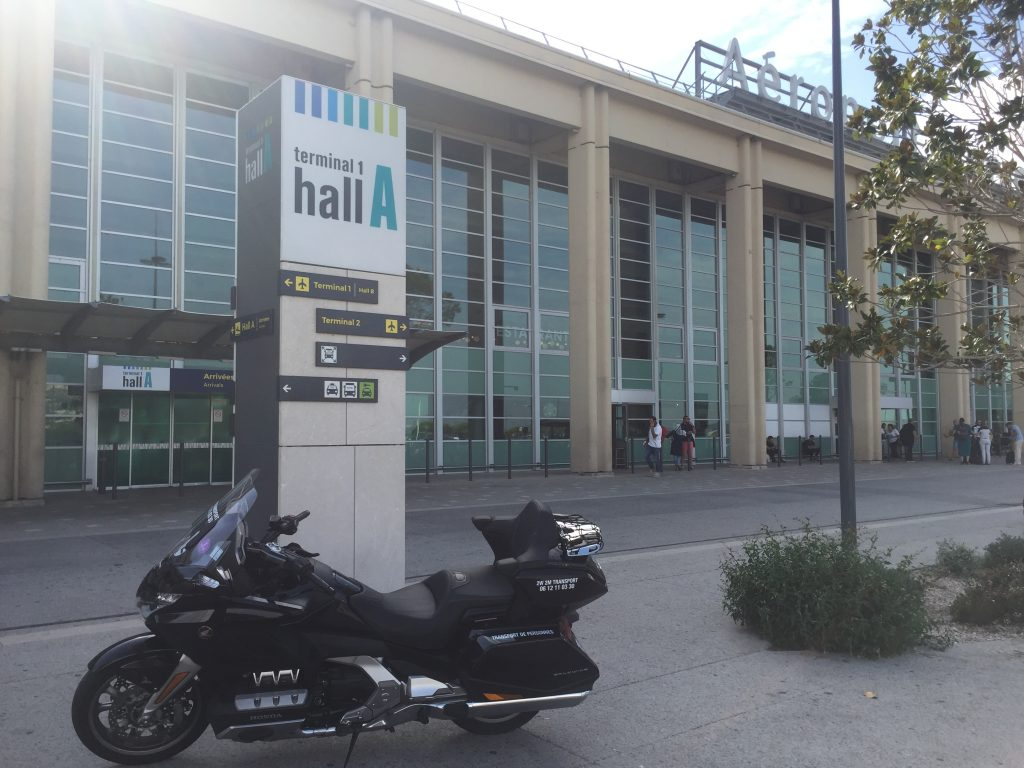 Moto Taxi (Honda Goldwing 2018 DCT) a destination ou au départ de l'Aéroport Marseille Provence (AMP) Teminal 1 hall A.