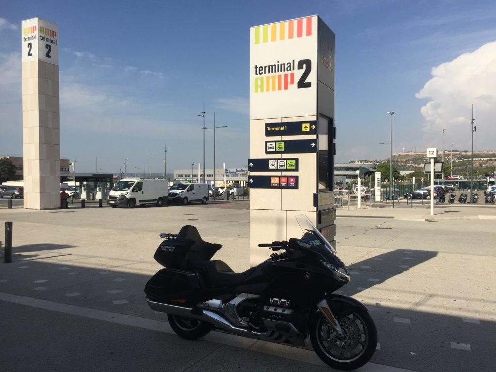 Moto Taxi (Honda Goldwing 2018 DCT) a destination ou au départ de l'Aéroport Marseille Provence (AMP) Teminal 2.