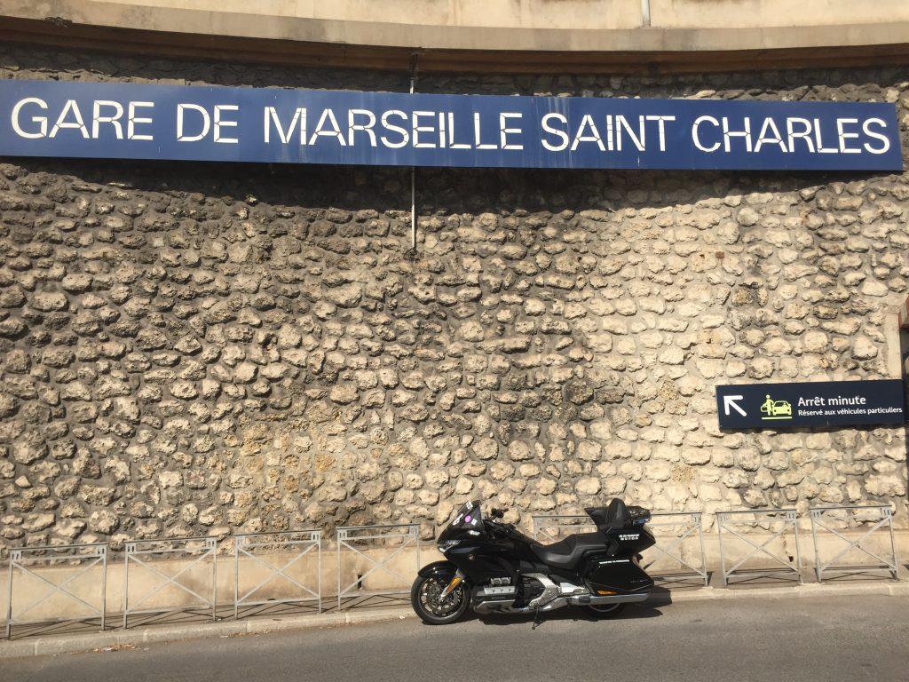 Moto taxi (honda goldwing 2018 DCT) a destination ou au départ de la Gare Saint Charles Marseille Centre accès dépose minute.