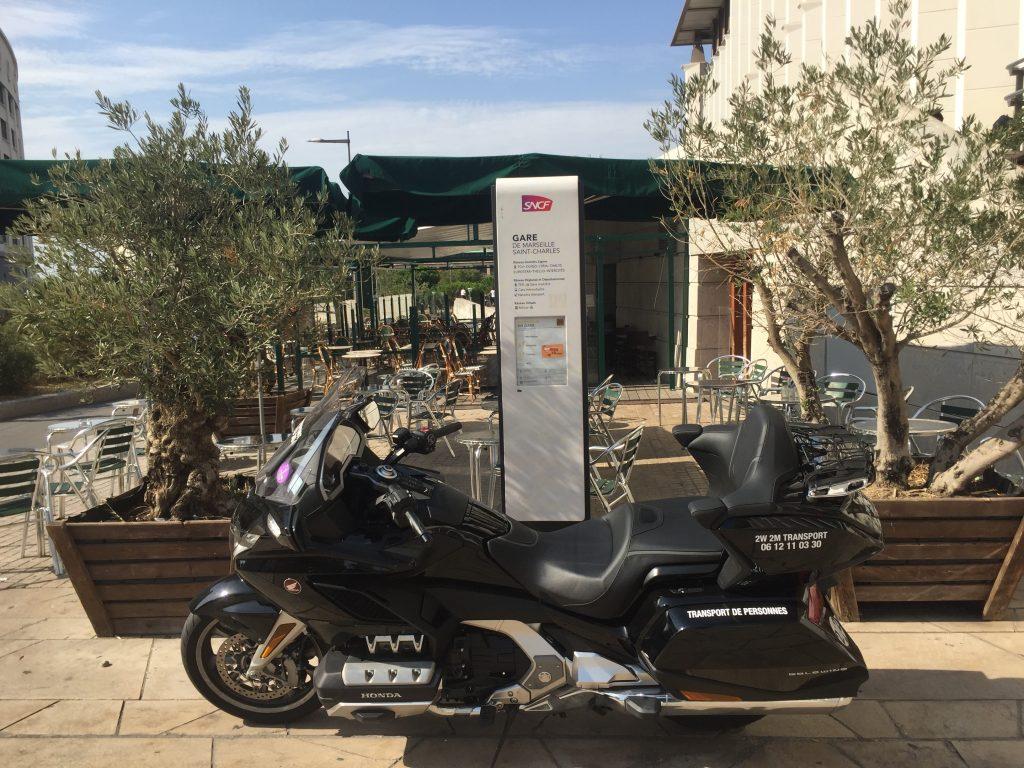 Moto taxi (honda goldwing 2018 DCT) a destination ou au départ de la Gare Saint Charles Marseille Centre. Point de Rendez Vous au niveau du Bar San Remo sur l'esplanade situé face Avenue du Général Leclerc.