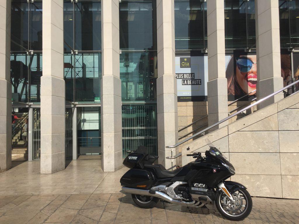Moto taxi (honda goldwing 2018 DCT) a destination ou au départ de la Gare Saint Charles Marseille Centre. Point de Rendez Vous au pied des escaliers de la FNAC Saint charles sur l'esplanade situé face Avenue du Général Leclerc.