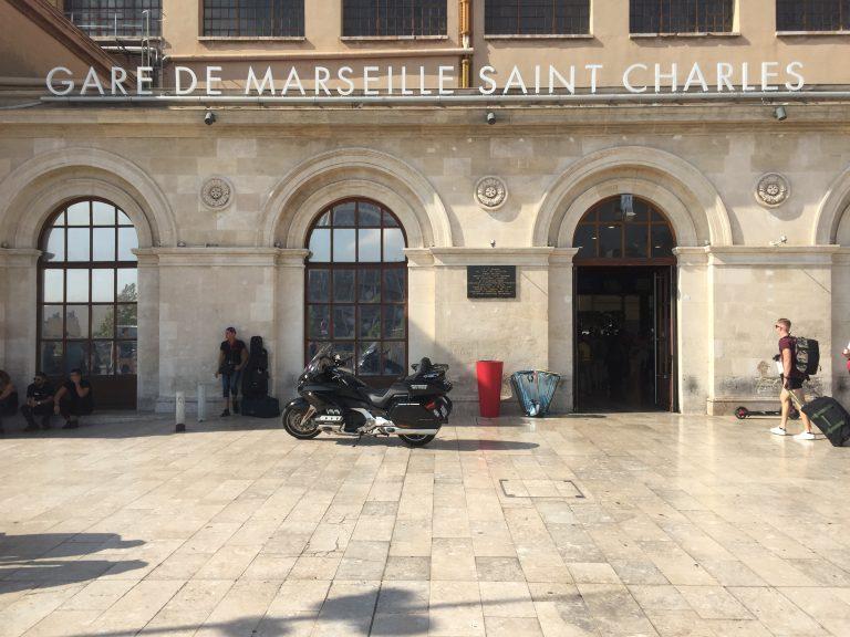Moto taxi (honda goldwing 2018 DCT) a destination ou au départ de la Gare Saint Charles Marseille Centre Entrée Principale.