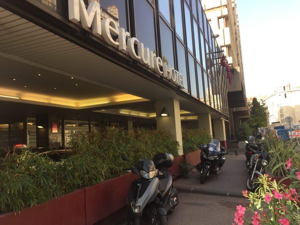 Moto Taxi a destination de l'Hotel Mercure Marseille Centre Vieux-Port. 1 rue Neuve sainte Martin.