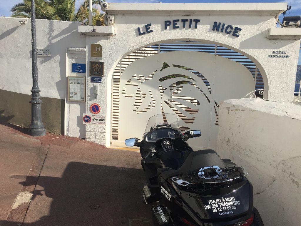 Moto Taxi a destination de l'hotel Le Petit Nice-Passedat-Villa Marina a Marseille Corniche. 17 rue des Braves.