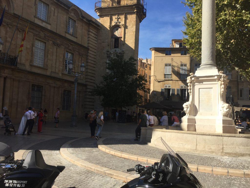 Moto Taxi (honda goldwing DCT 2018) a destination du centre historique d'Aix en Provence